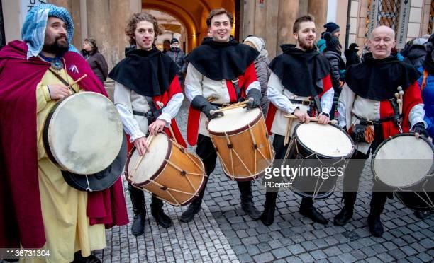 ドラマーはプラハのクリスマスマーケットで楽しませてくれます。