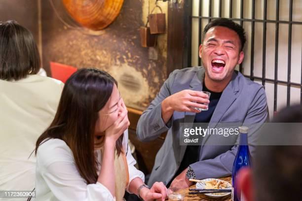 レストランで酔っ払った日本人ビジネスマン - 酔う ストックフォトと画像