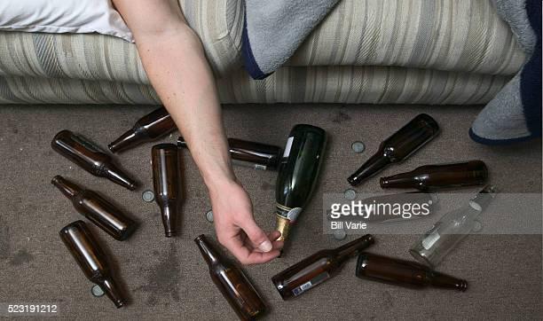 drunk man and beer bottles - bêbado - fotografias e filmes do acervo