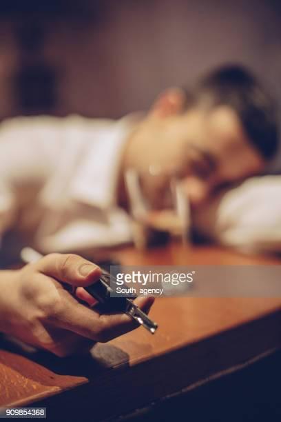 hombre borracho tenencia de llave del coche - siesta key fotografías e imágenes de stock