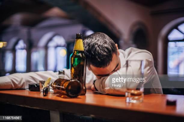 hombre borracho - siesta key fotografías e imágenes de stock