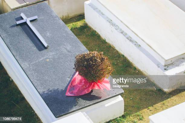 dry bouquet on a grave - crosses with flowers stock pictures, royalty-free photos & images