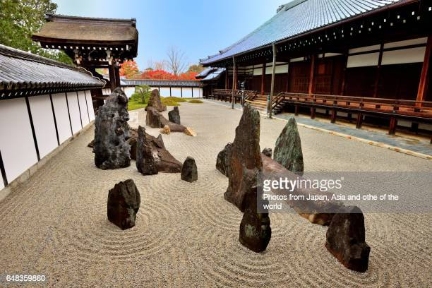 dry landscape garden of tofuku-ji temple, kyoto - karesansui photos et images de collection