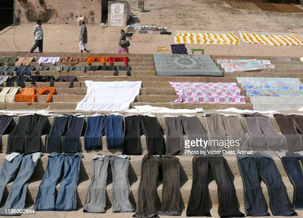 drying clothes in the sun on the steps of the ghats in varanasi, uttar pradesh, india - victor ovies fotografías e imágenes de stock