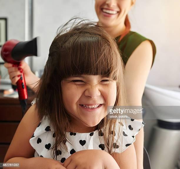 Asciugatura capelli e ridendo