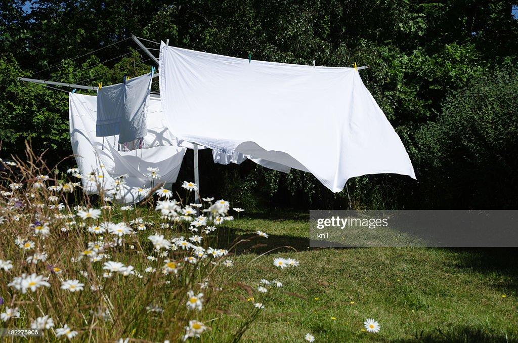 Trocknen weißen Bettwäsche : Stock-Foto