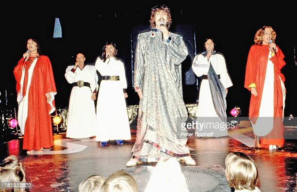 Dschingis Khan mit Edina Pop Steve Bender Leslie Mandoki Louis Potgieter Wolfgang Heichel dessen Ehefrau Henriette Heichel Tournee Bühne Auftritt...