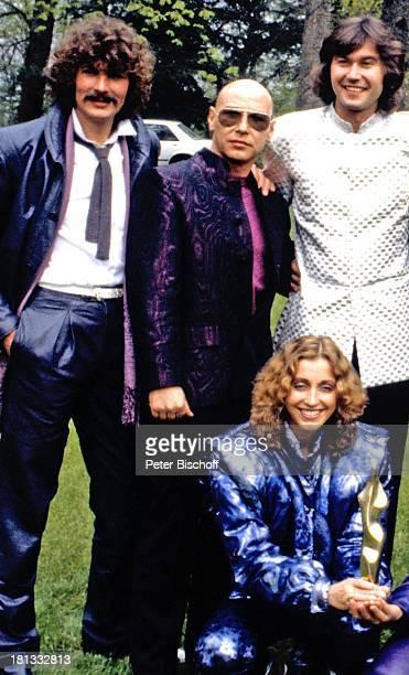 Dschingis Khan mit Louis Potgieter Steve Bender Wolfgang Heichel davor dessen Ehefrau Henriette Heichel nach Verleihung Goldene Europa Saarbrücken...