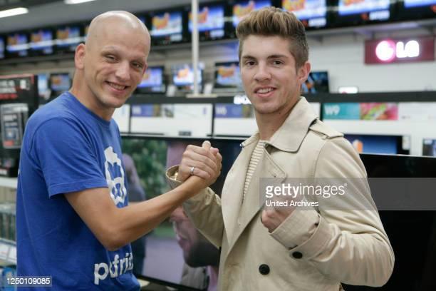 Dschungelkönig Joey Heindle - Promotion-Tour von RTL Dschungelkönig Joey Heindle mit dem angeblich todkranken Windows-Betrüger Maik Mahlow bei Saturn...