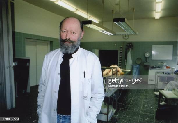 Düsseldorf Gerichtsmedizinisches Institut Der Pathologe Prof Dr Wolfgang Bonte im Sezierraum des Gerichtsmedizinischen Instituts der Universität...