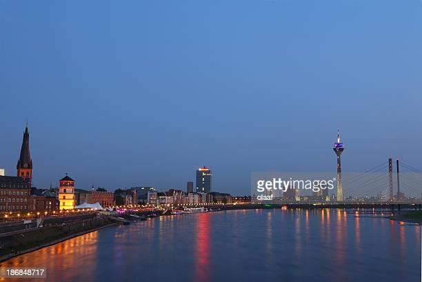 Düsseldorf, Rhein-Panorama nach Sonnenuntergang
