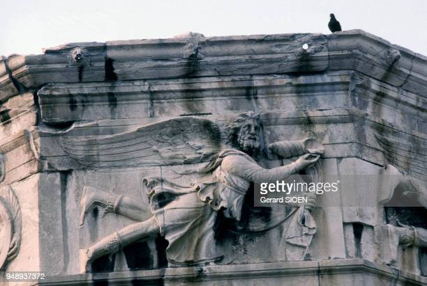Détail de la tour des vents sur l'Agora romaine d'Athènes en Grèce en mai 1989