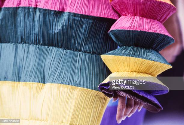 Détail d'une robe dans le défilé du styliste Issey Miyake collection Prêt-à-Porter Printemps-Eté 1994 le 9 octobre 1993 à Paris, France.