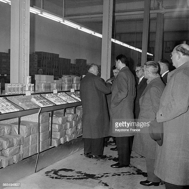 Détaillants de magasins dans le rayon des légumes secs et céréales du premier entrepôt grossiste en libreservice à IvrysurSeine France le 17 mars 1960