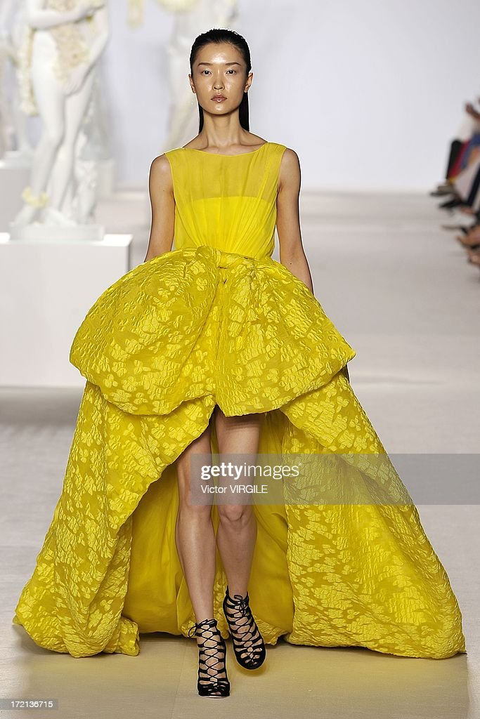 Giambattista Valli: Runway - Paris Fashion Week Haute-Couture F/W 2013-2014 : News Photo