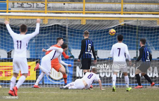 Dušan Vlahovic of ACF Fiorentina scores the opening goal during the Serie A Primavera match between FC Internazionale U19 and ACF Fiorentina at...