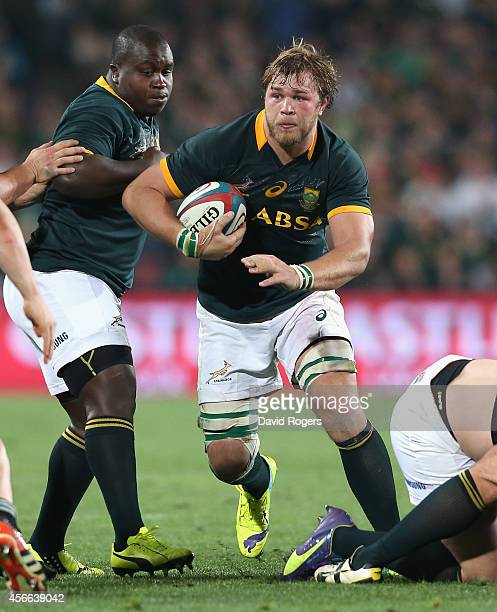 Duane Vermeulen of South Africa breaks with the ball during the Rugby Championship match between the South African Springboks and the New Zealand All...
