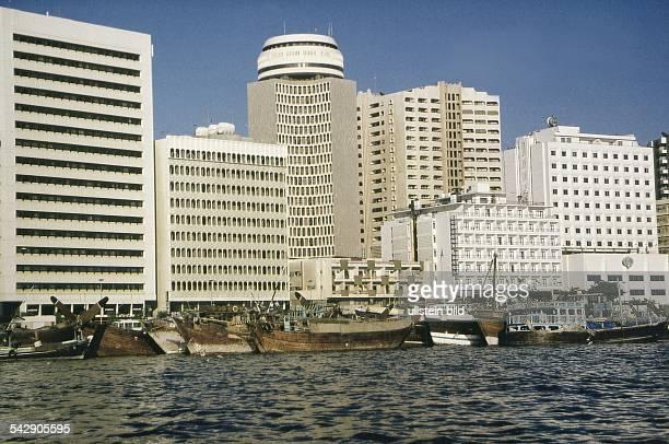 Dubai Boote und Wassertaxis sogennante 'abras' sind am Ufer des Dubai Creek festgemacht Am Ufer reihen sich Hochhäuser aneinander Aufgenommen 1996...