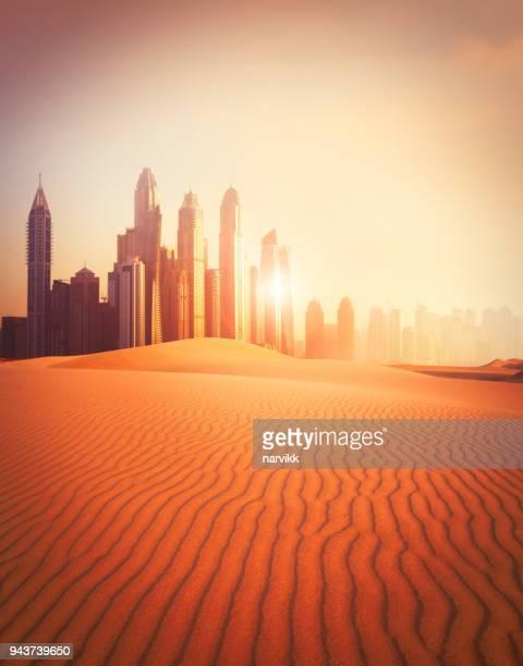 ciudad de dubai en el desierto - dubái fotografías e imágenes de stock