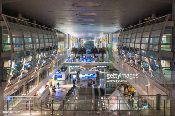 uae, dubai, dubai international airport, interior - duty free stock pictures, royalty-free photos & images
