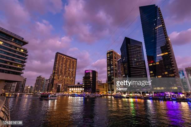 dubai marina skyline bei nacht - kemter stock-fotos und bilder