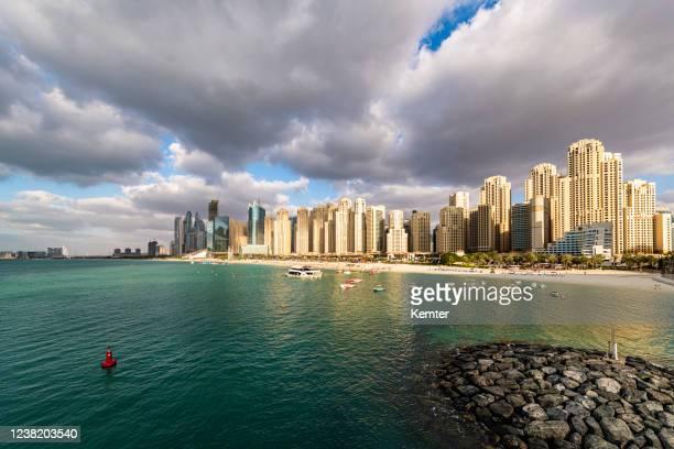 dubai marina skyline am abend - kemter stock-fotos und bilder