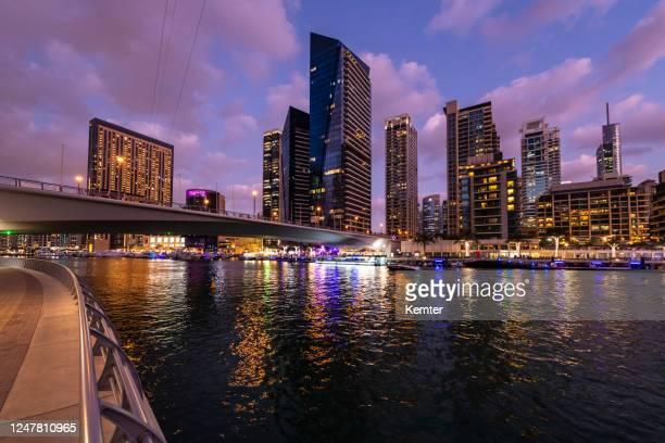 skyline von dubai marina - kemter stock-fotos und bilder