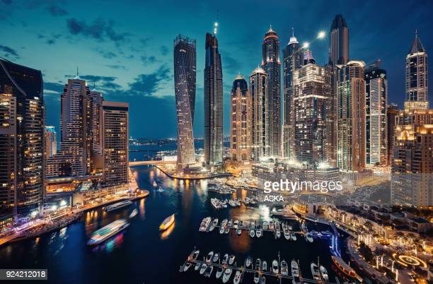 de skyline van dubai marina - night stockfoto's en -beelden