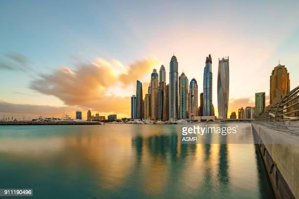 dubai marina skyline luz del sol - dubái fotografías e imágenes de stock