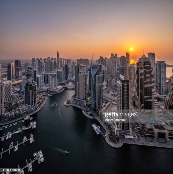 dubai marina skyline; united arab emirates - sonnenuntergang stock pictures, royalty-free photos & images