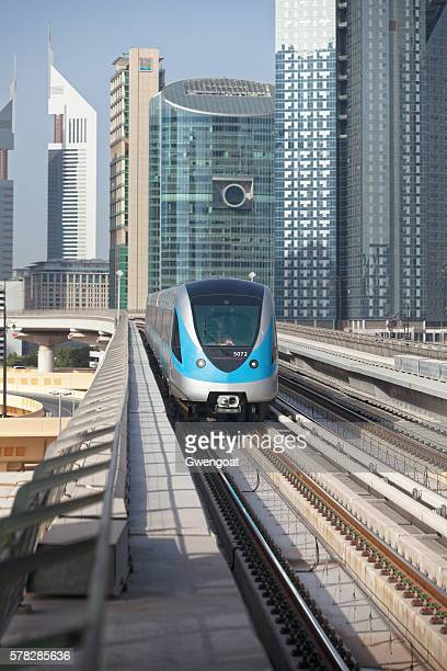 dubai metro arriving to the station - gwengoat fotografías e imágenes de stock