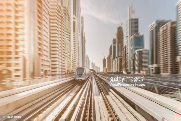 pov dubai metro passes through the city - fluchtpunkt stock-fotos und bilder