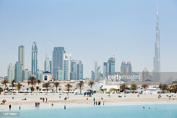dubai skyline and jumeirah open beach - dubai strand stock-fotos und bilder