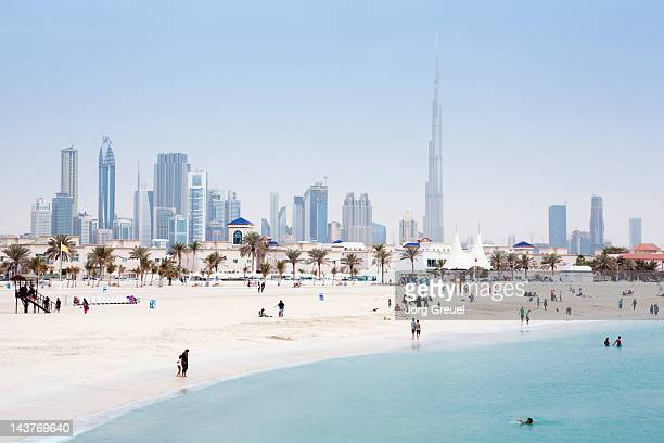 dubai skyline and jumeirah open beach - dubai stockfoto's en -beelden