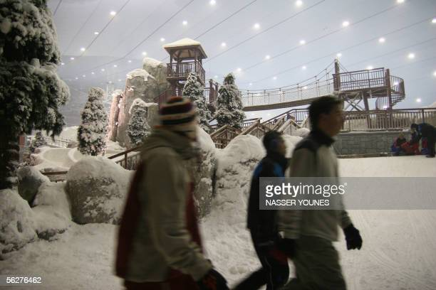 TO GO WITH STORY BY NAYLA RAZZOUK Visitors walk inside the ski dome nestled inside the brandnew gigantic Mall of the Emirates in Dubai 25 November...