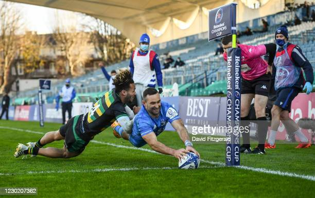 Dublin , Ireland - 19 December 2020; Dave Kearney of Leinster scores his side's third try despite the attempted tackle from Ryan Olowofela of...