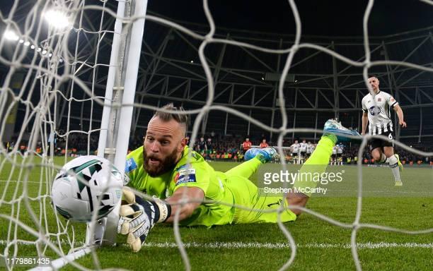 Dublin , Ireland - 3 November 2019; Shamrock Rovers goalkeeper Alan Mannus fails to stop a penalty Jordan Flores of Dundalk during the extra.ie FAI...