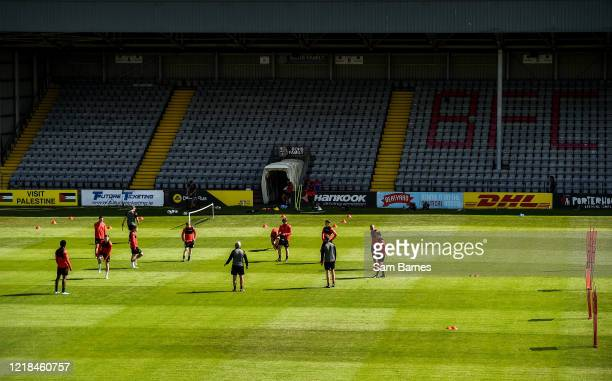 Dublin , Ireland - 8 June 2020; Bohemains manager Keith Long, centre, addresses his players during a Bohemian FC training session at Dalymount Park...