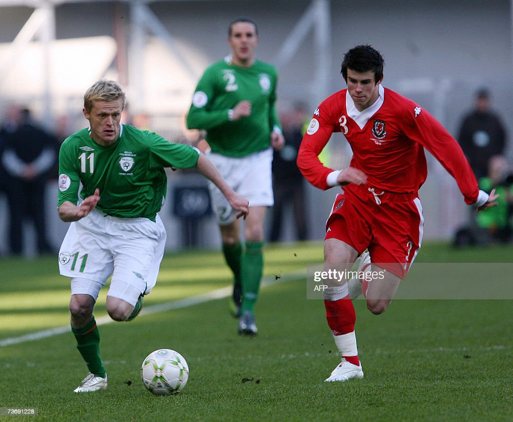 Ireland's Damien Duff (L) and Wales' Gar... : News Photo