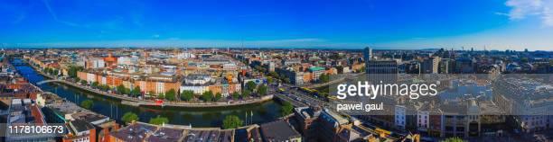 dublin ierland met bovenaanzicht van liffey river - dublin ierland stockfoto's en -beelden