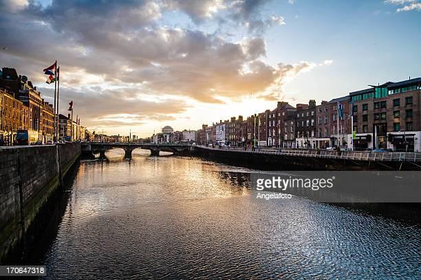 fiume liffey, dublino, al tramonto - dublino irlanda foto e immagini stock