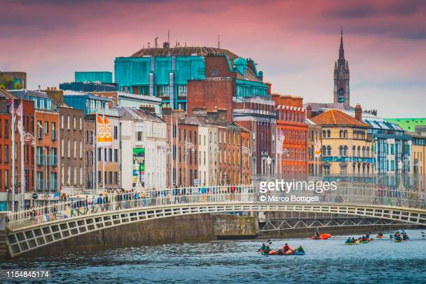 dublin old town and ha'penny bridge, ireland - ダブリン州 ダブリン ストックフォトと画像
