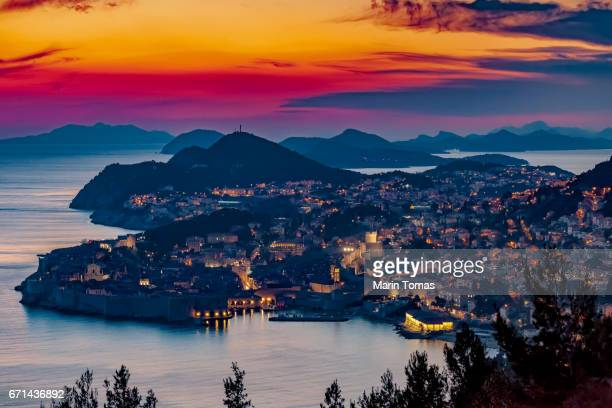 dubrovnik at dusk - kroatië stockfoto's en -beelden