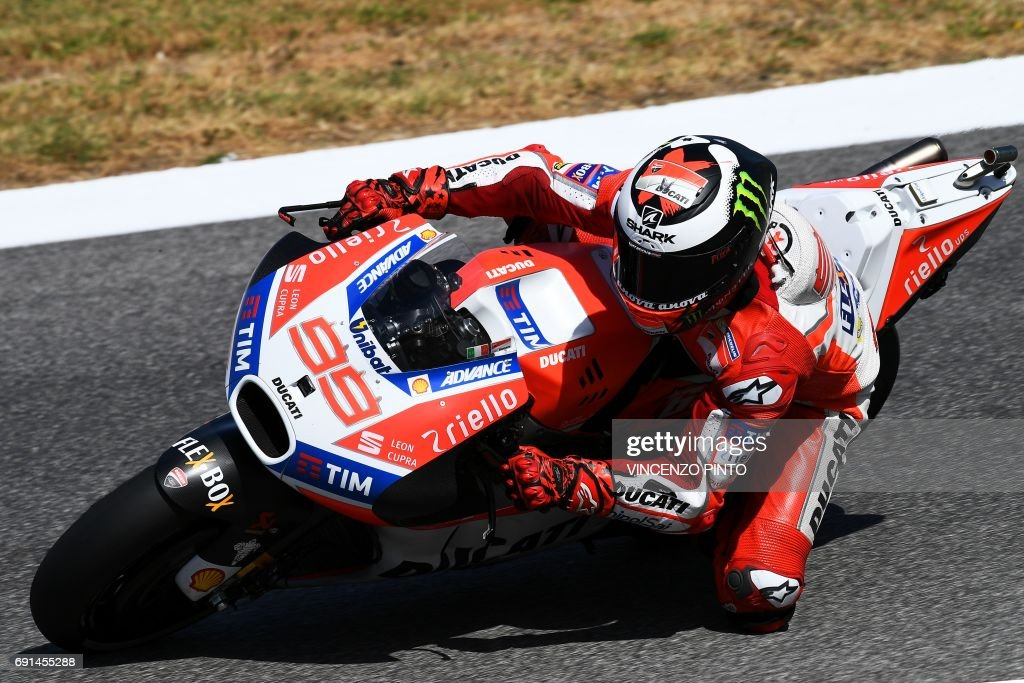 Ducati's rider Jorge Lorenzo competes during the Moto GP free practice session of the Italian Grand Prix at the Mugello track on June 2, 2017. / AFP PHOTO / Vincenzo PINTO
