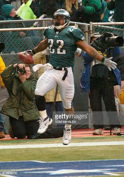 Duce Staley, the Philadelphia Eagles' running back, celebrates his late second quarter touchdown 17 November 2002, against the Arizona Cardinals,...