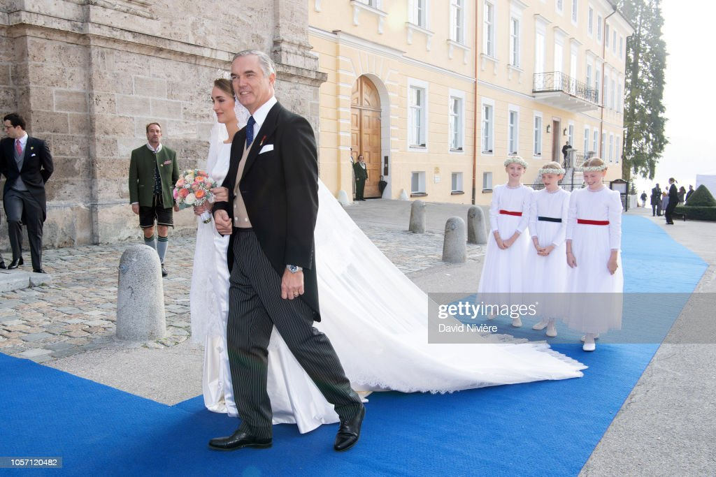 Высший свет. Галерея - Страница 16 Duchess-sophie-of-wurtemberg-arrives-at-the-saintquirin-church-prior-picture-id1057120482