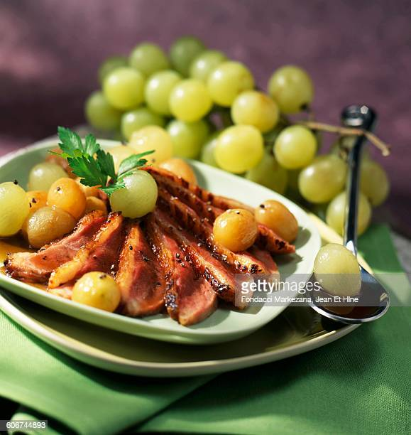 duck breast with grapes and tea sauce - canard photos et images de collection