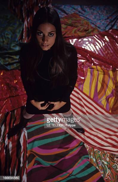 Duda Calvacanti And Jacques Heim Fashion En 1966 le mannequin Duda CAVALCANTI présente la collection du créateur de mode Jacques HEIM Vue en contre...