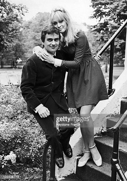 Dudley MOORE and Suzy KENDALL at Hyde Park on August 7 between two scenes of the film they were shooting together
