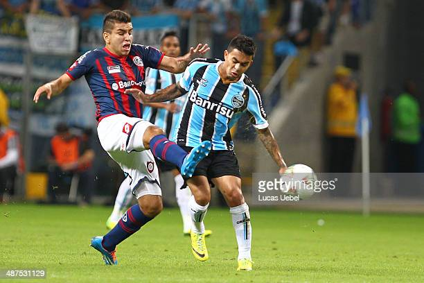 Dudu of Gremio battles fo the ball against Angel Correa of San Lorenzo during the match between Gremio and San Lorenzo for the Copa Briedgestone...